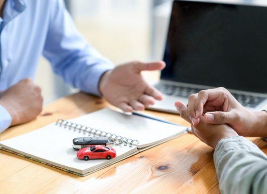 Ihmiset keskustelevat autolainasta