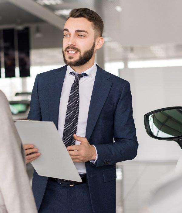 Nainen haluaa ottaa autolainan