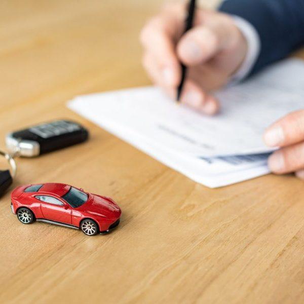 Mies täyttää autolainan kilpailutus -papereita